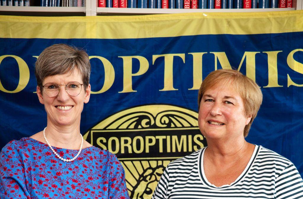 Esther Biedenkopf und Birgit Borowski leiten den älteren Stuttgarter Frauen-Club, der sich gegen Benachteiligung wendet. Foto: