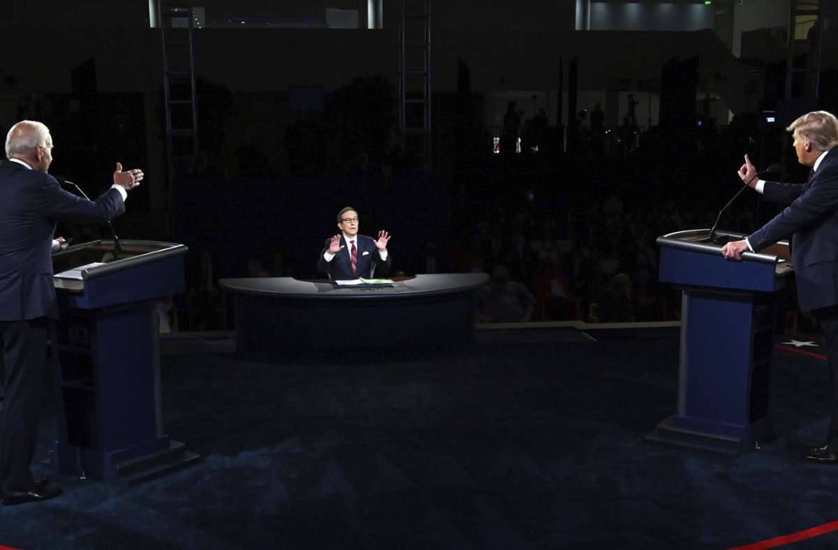 Chris Wallace versuchte vergeblich, Struktur in die Debatte zwischen Donald Trump (rechts) und Joe Biden (links) zu bringen. Foto: AP/Olivier Douliery