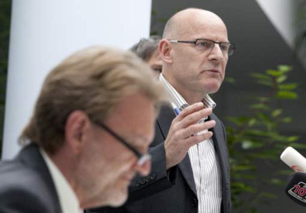 Verkehrminister Winfried Hermann (rechts) und Volker Kefer, Mitglied im Vorstand der Bahn AG. Foto: dpa