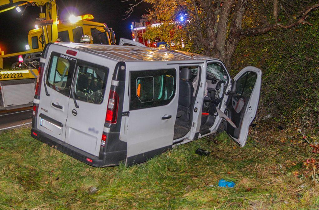 Der Fahrer und ein neunjähriges Kind werden bei dem Unfall am Montagabend lebensgefährlich verletzt. Foto: dpa/Aaron Klewer
