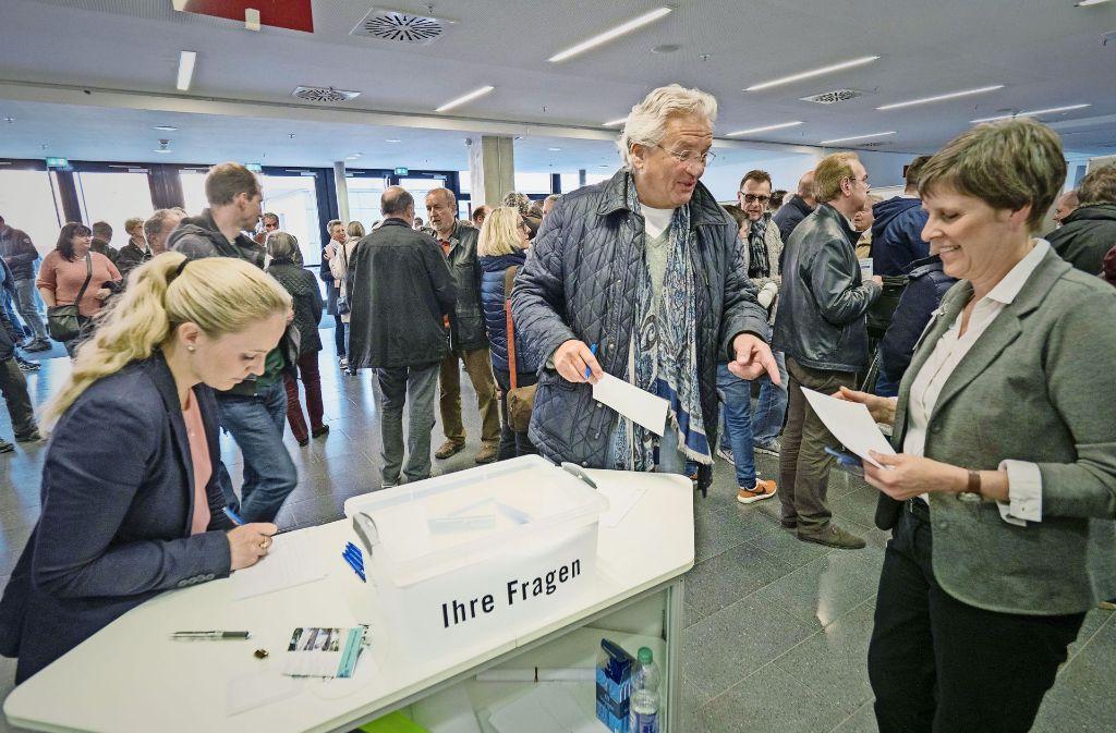 Es herrscht Redebedarf: Die Bürger stellen am Freitag in der MHP-Arena jede Menge  Fragen zum Verkehrskonzept. Foto: factum/Weise