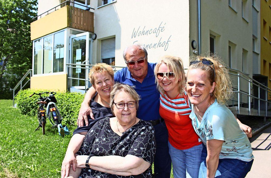 Fasanenhof-Nachbarn, die sich über nebenan.de gefunden haben:  Christine Albrecht, Ulla und Bernd Knoth, Daniela Bieneck sowie  Esther Todd (v.l.) Foto: Caroline Holowiecki