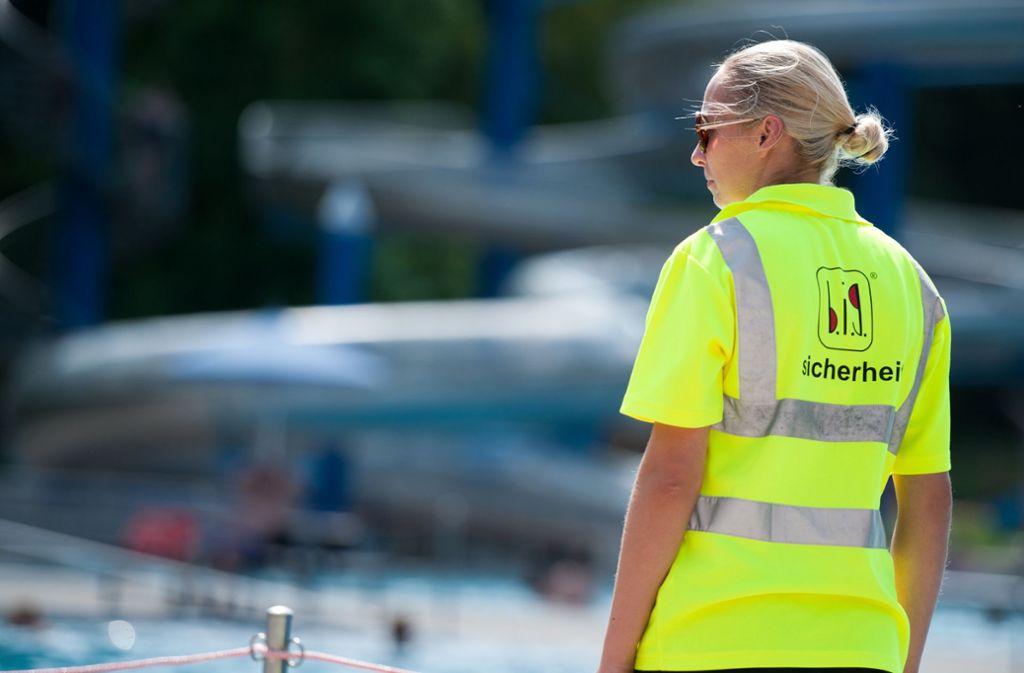 Sicherheitskräfte im Freibad: Das soll bald in Stuttgart die Regel sein. Foto: Lichtgut