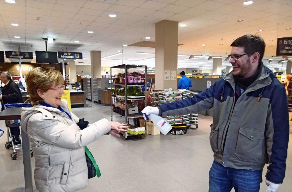 Bevor die sogenannte Risikogruppe den Markt betritt, erhält jeder einen Spritzer Desinfektionsmittel auf die Hände. Foto: Felix Heck