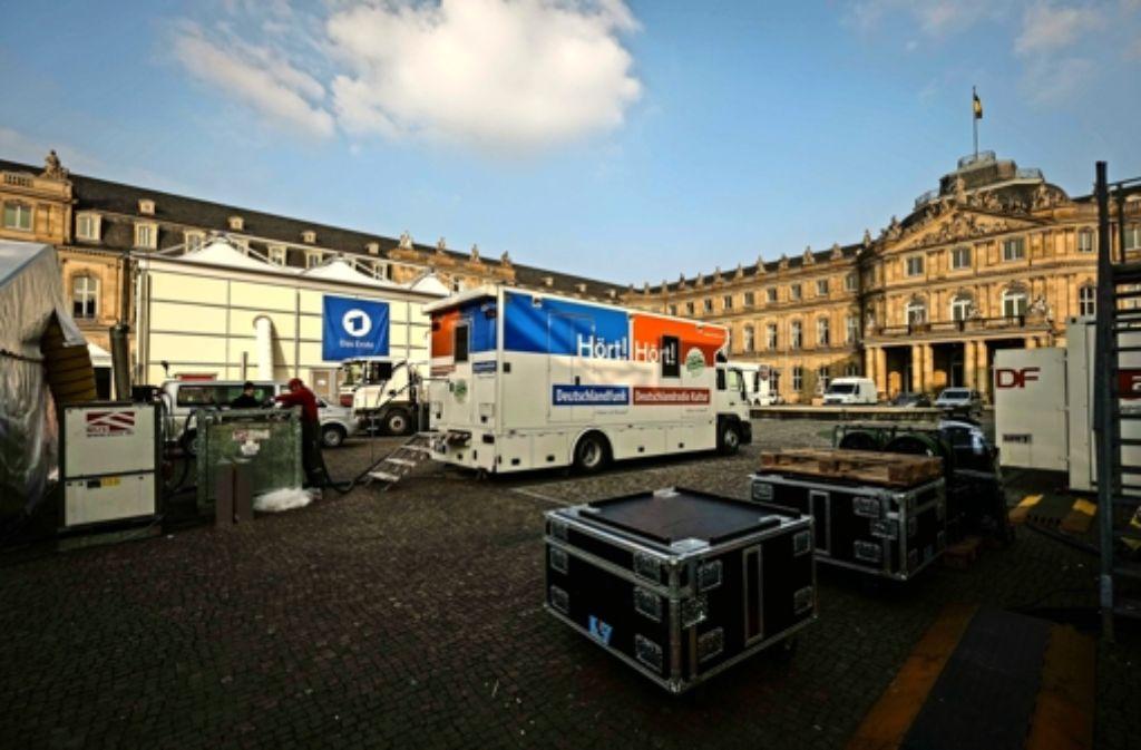 Seit knapp zwei Wochen bauen die Fernsehteams ihre mobilen Studios auf dem Schlossplatz auf. Am Wahlsonntag wird der Bereich von der Polizei komplett abgesperrt. Foto: Lichtgut/Leif Piechowski