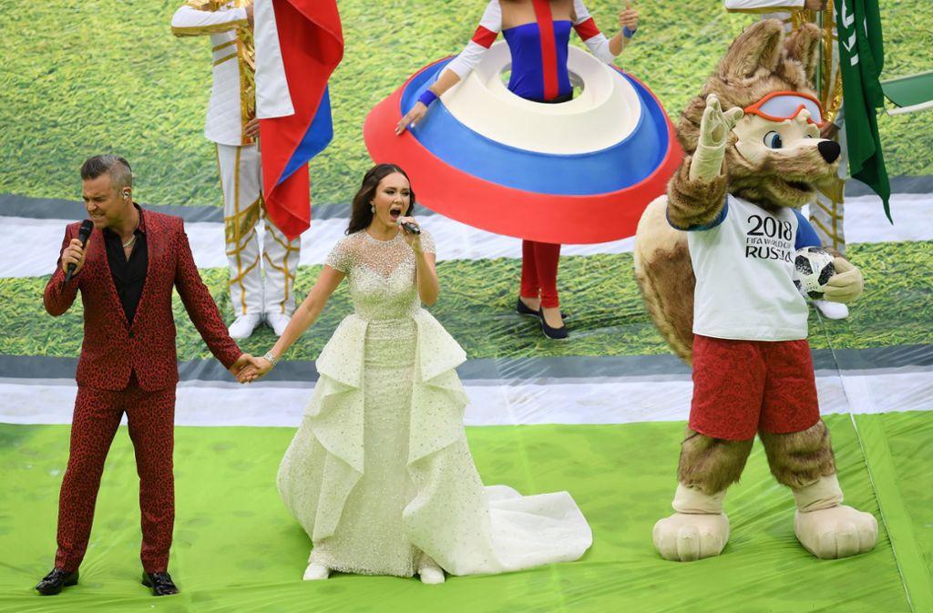 Popstar Robbie Williams, die russische Sängerin Aida Garifullina und Maskottchen Zabivaka bei der Eröffnungsfeier. Foto: Getty Images Europe