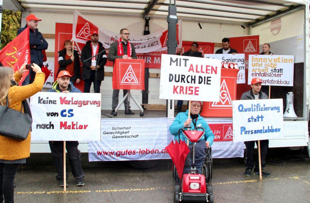 Mitarbeiter demonstrierten mit Plakaten gegen den geplanten Stellenabbau. Foto: dpa/Jonas Silbernagel
