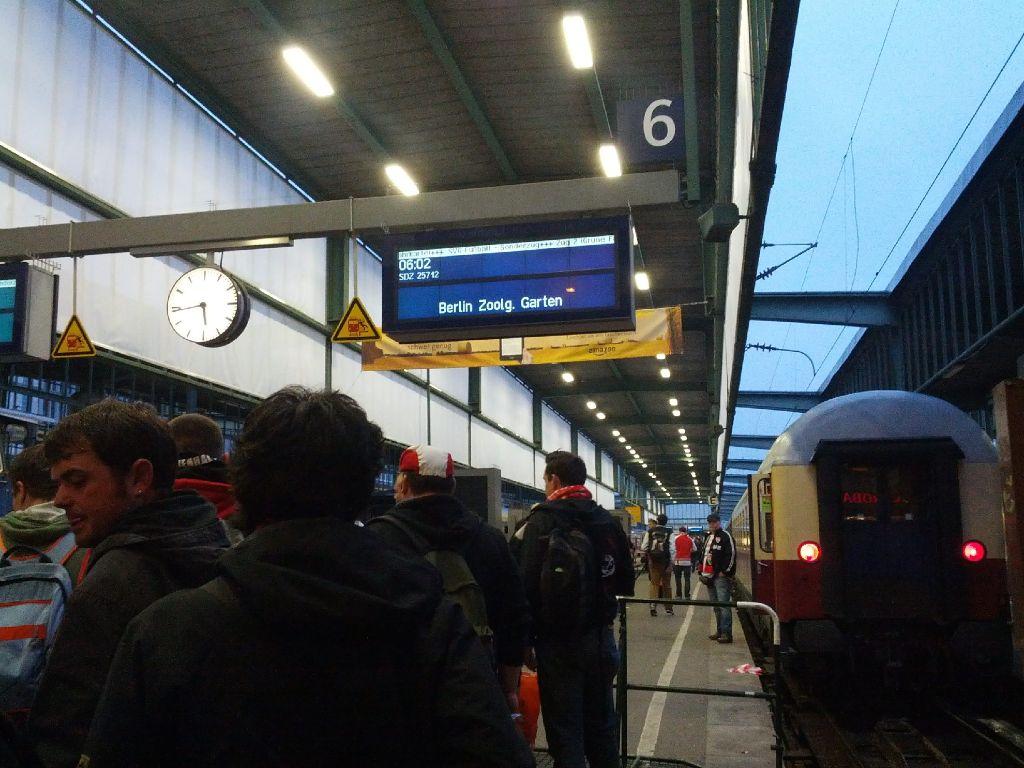 VfB-Fans im Zug zum Pokalefinale in Berlin Foto: Ulrike Ebner