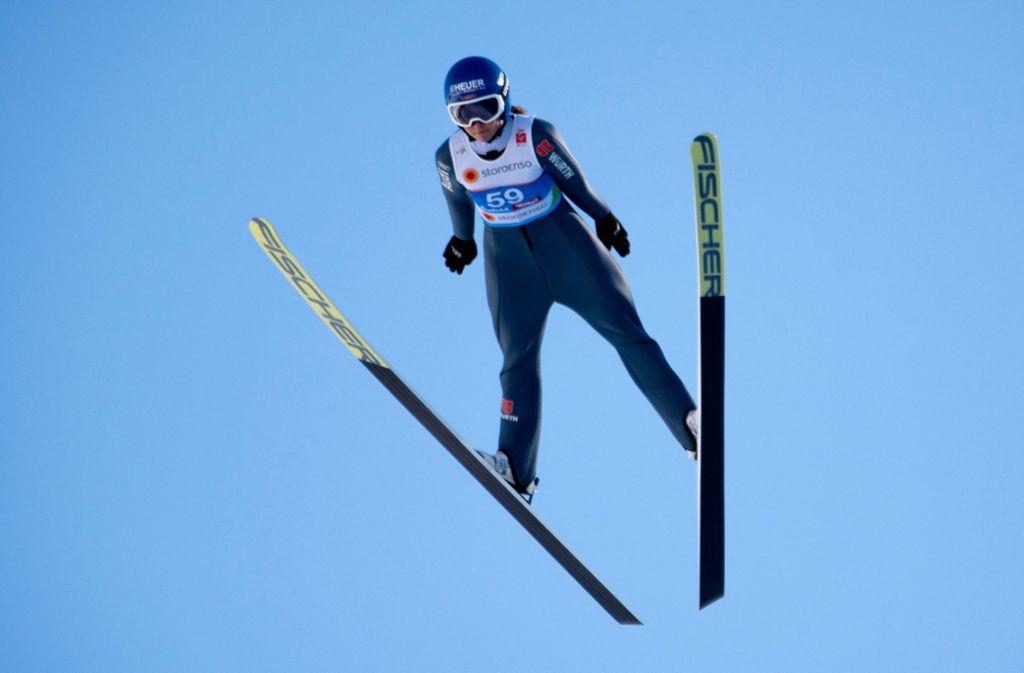 Olympiasiegerin Carina Vogt will endlich auch die ganz weiten Sprünge machen. Foto: AFP
