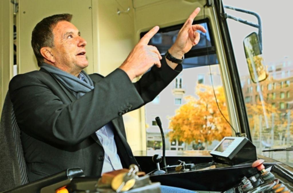Hier geht's  hoch nach Degerloch: der Sportmanager Klaus Kärcher darf   probesitzen im Führerstand der Zahnradbahn. Foto: Baumann