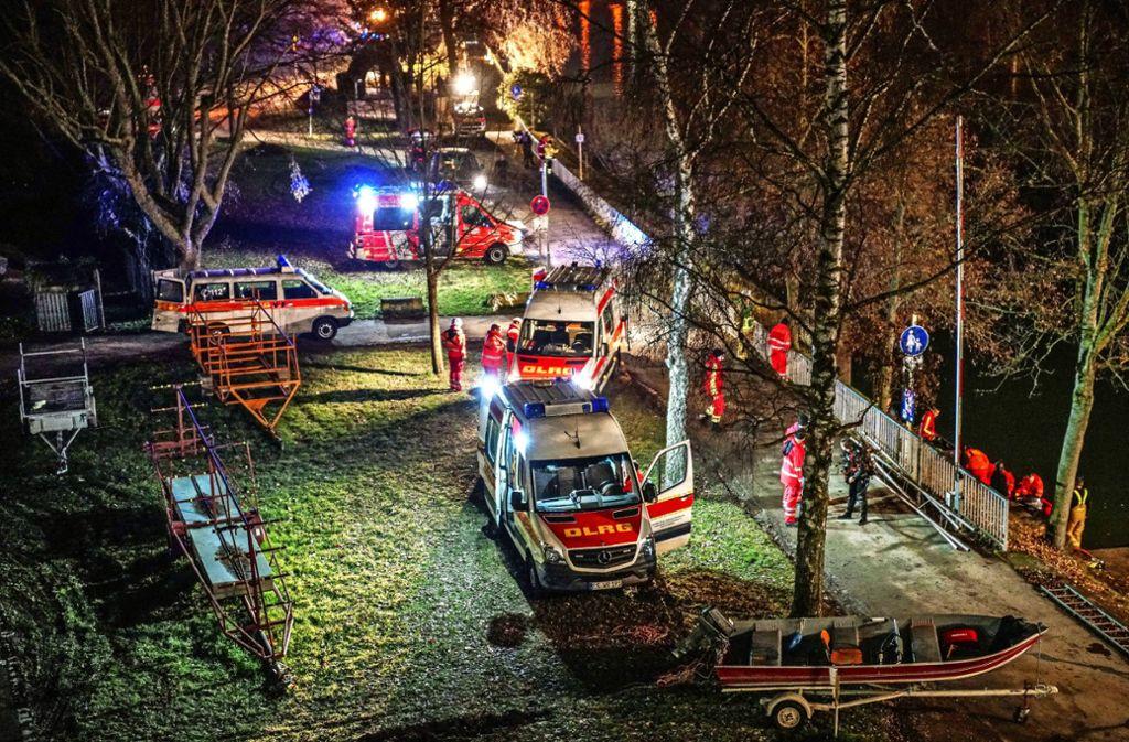 Rund um die Uhr sind die Mitarbeiter der Rettungsdienste im Einsatz, um zu helfen, wie hier  bei der Suche nach einen Verunglückten am Neckar  in Esslingen. Foto: /SDMG/Kohls