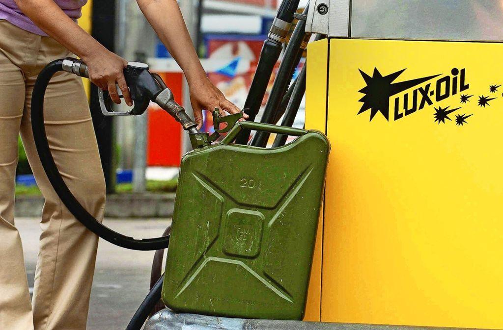 Wie groß dürfen die Benzinkanister im Kofferraum denn sein? Foto: dpa/Werner Baum