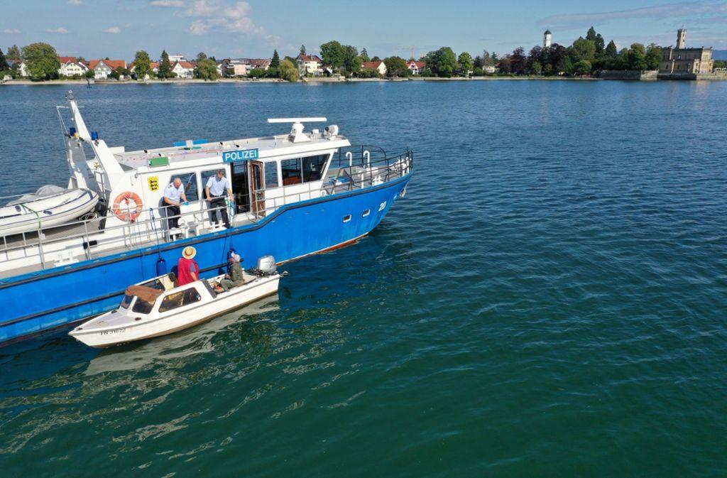 Die Wasserschutzpolizei kontrolliert zwei Fischer auf dem Bodensee. Foto: dpa/Felix Kästle