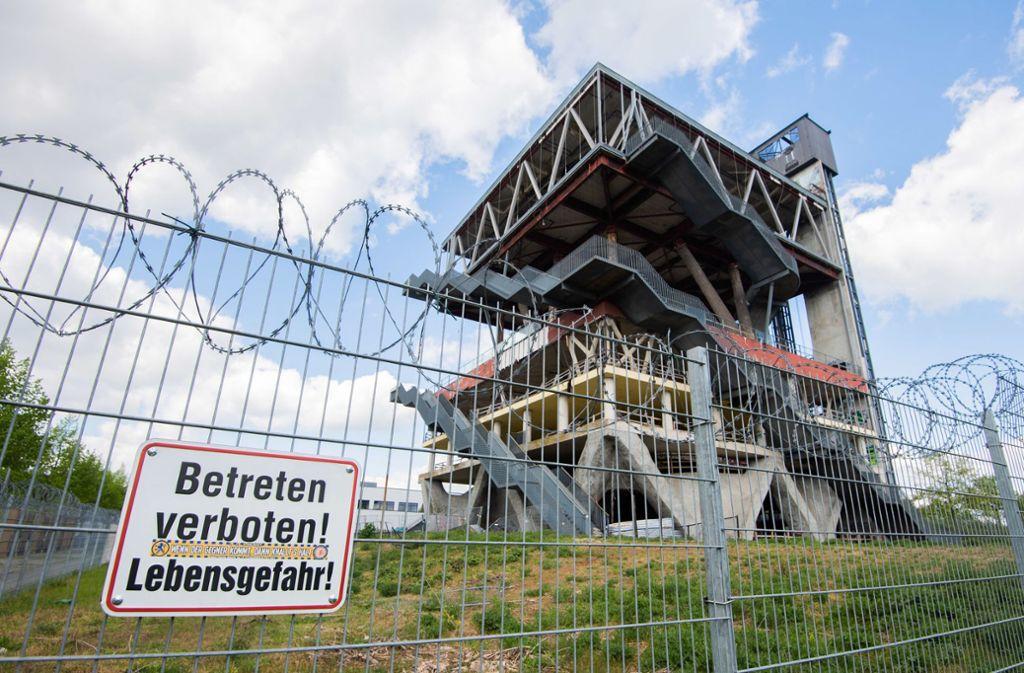 Vom Charme der Weltausstellung ist nach 20 Jahren nur noch wenig übrig. Der Holländische Pavillon ist mit Stacheldraht gesichert. Foto: dpa/Julian Stratenschulte