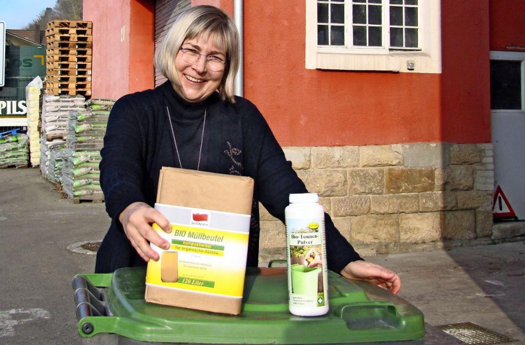 Sabine Dandachi, Inhaberin des Waldenbucher Baumarkts, stellt fest, dass immer mehr Kunden ein Problem mit Maden in der Biotonne haben. Das Biotonnen-Pulver und die kompostierbaren Müllsäcke werden während der warmen Jahreszeit stark nachgefragt. Foto: Barner