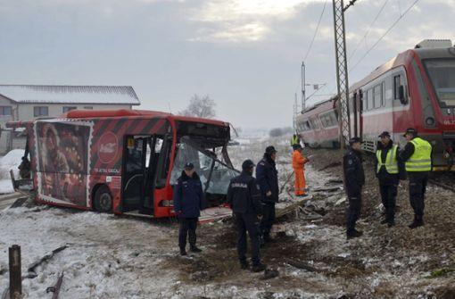 Zug prallt auf Schulbus - mindestens fünf Tote in Serbien