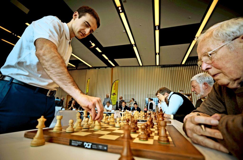 Ernesto Inarkiev hat beim Simultanschach in Winnenden 24 Bretter gleichzeitig im Blick. Foto: Gottfried Stoppel
