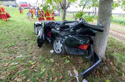 Mercedesfahrer prallt nach Überholmanöver gegen Baum
