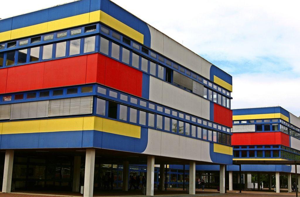 Das Rembrandt-Schulzentrum stammt aus dem Jahr 1971. Der Nürnberger Kunstprofessor Georg Karl Pfahler gestaltete 1974 die Fassade. Foto: Archiv Alexandra Kratz