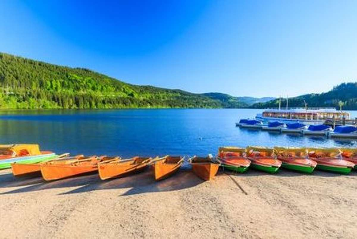 Mitten im südlichen Schwarzwald liegt der idyllische Titisee, wo von Mai bis September das Strandbad am Titisee zum Schwimmen und Plantschen einlädt. Foto: Shutterstock/iceink