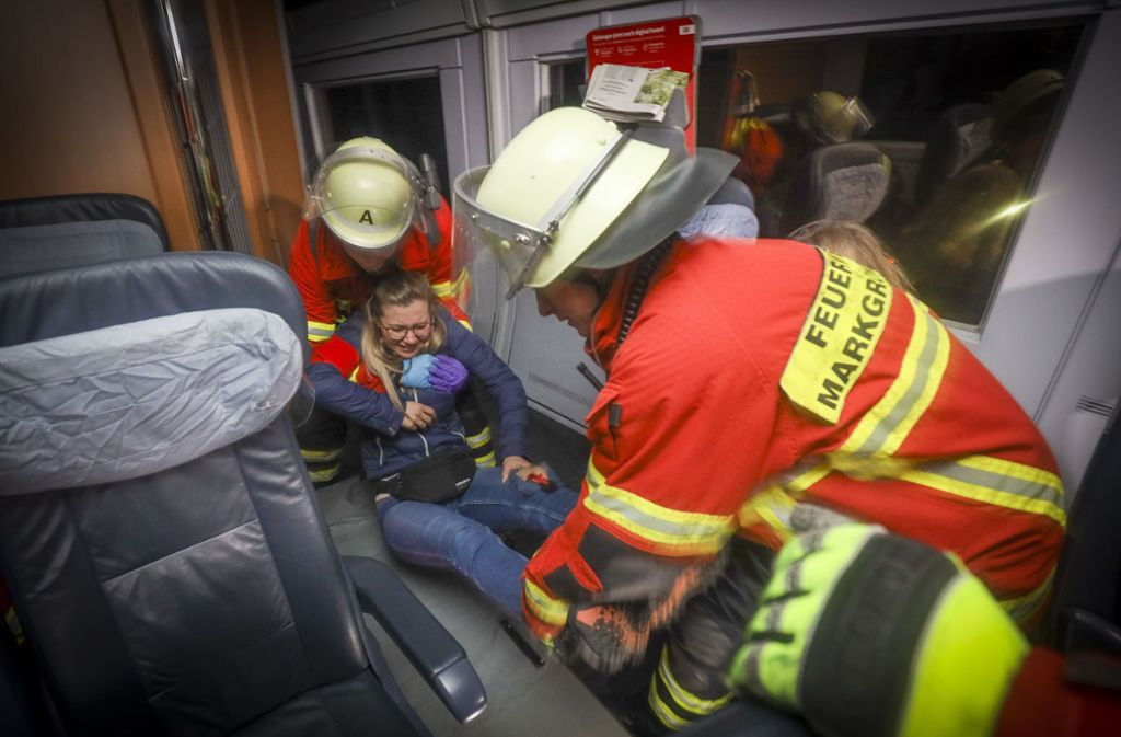 Ein ICE muss evakuiert werden. Foto: factum/Simon Granville