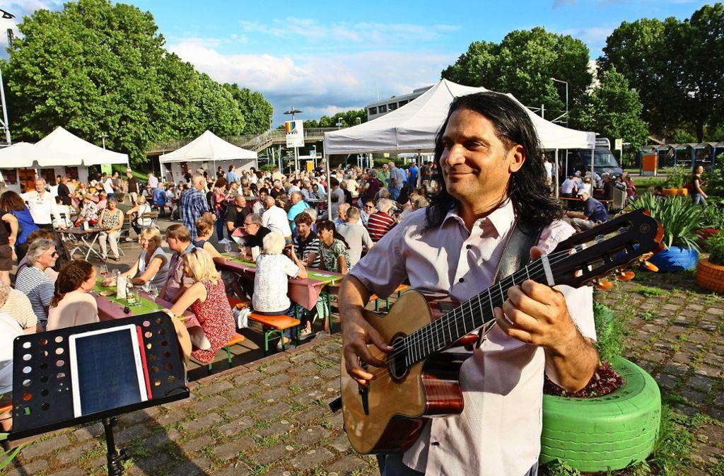 Bei dezenter Gitarrenmusik von Sevan Boyaciyan ließen sich die Besucher die Weine der Untertürkheimer Erzeuger schmecken. Foto: Martina Fürstenberger