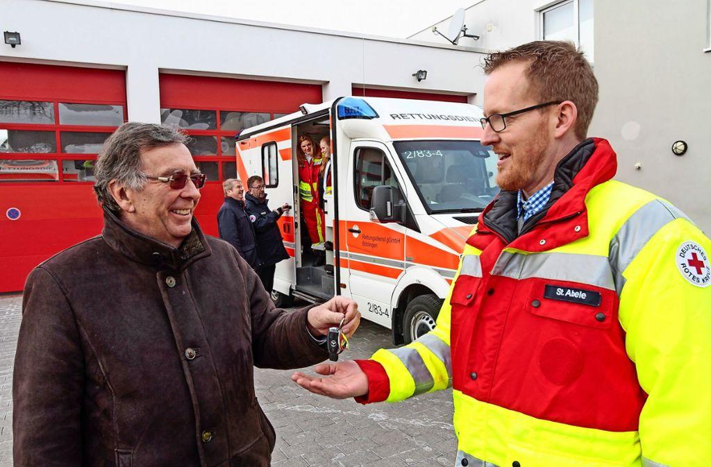Der  DRK-Kreisverbandspräsident Michael Steindorfner (links) übergibt den Schlüssel für den neuen Rettungswagen an den stellvertretenden Leiter der Leonberger Rettungswache Stephan Abele. Foto: factum/Bach