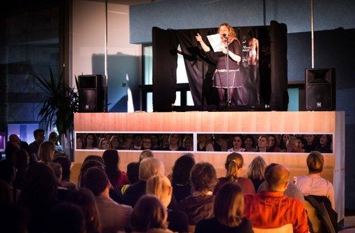 Beim Lingerie Slam im Haus der Geschichte gab es viel Applaus für die fünf Poeten, die sich mit dem Thema Unterwäsche befassten. Foto: Lichtgut/Achim Zweygarth