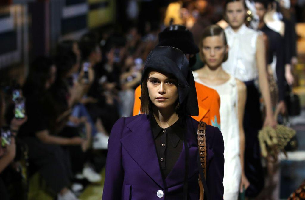 Das Model Kaya Gerber, die Tochter des ehemaligen Topmodels Cindy Crawford, präsentiert auf der Mailänder Fashion Week die Entwürfe des Luxuslabels Prada. Foto: Getty Abo/Andreas Rentz