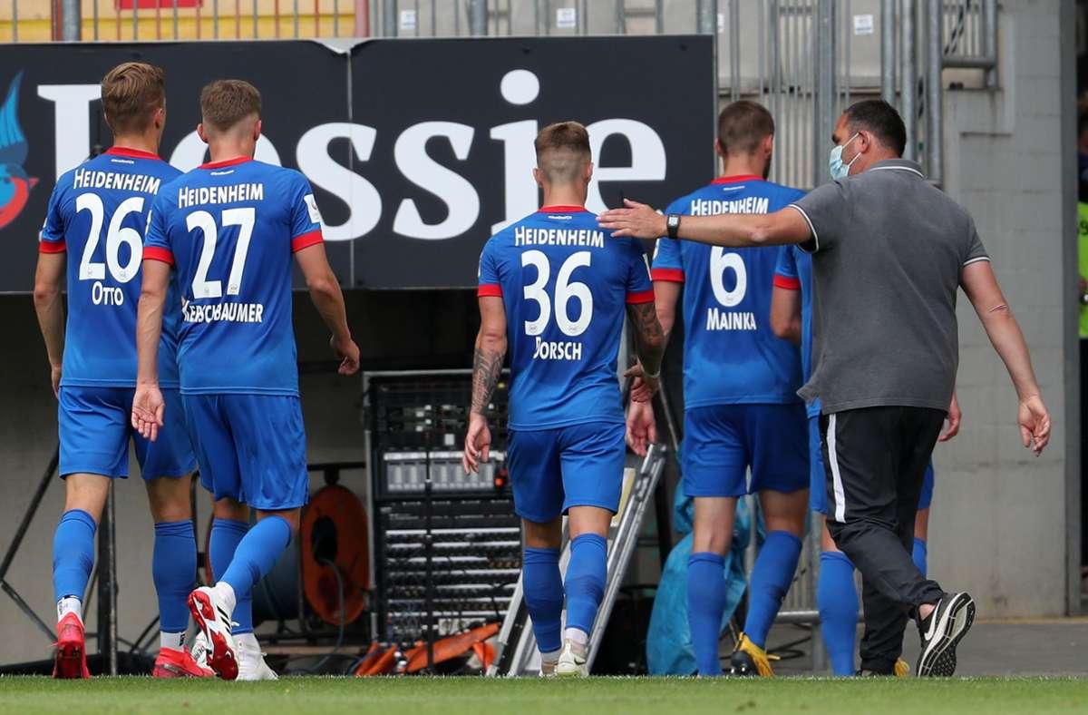 Trainer Frank Schmidt (re.) und seine Spieler verlassen das Spielfeld auf dem Weg in die Kabine, geht's über die Relegation nun in die Bundesliga? Foto: dpa/Friso Gentsch