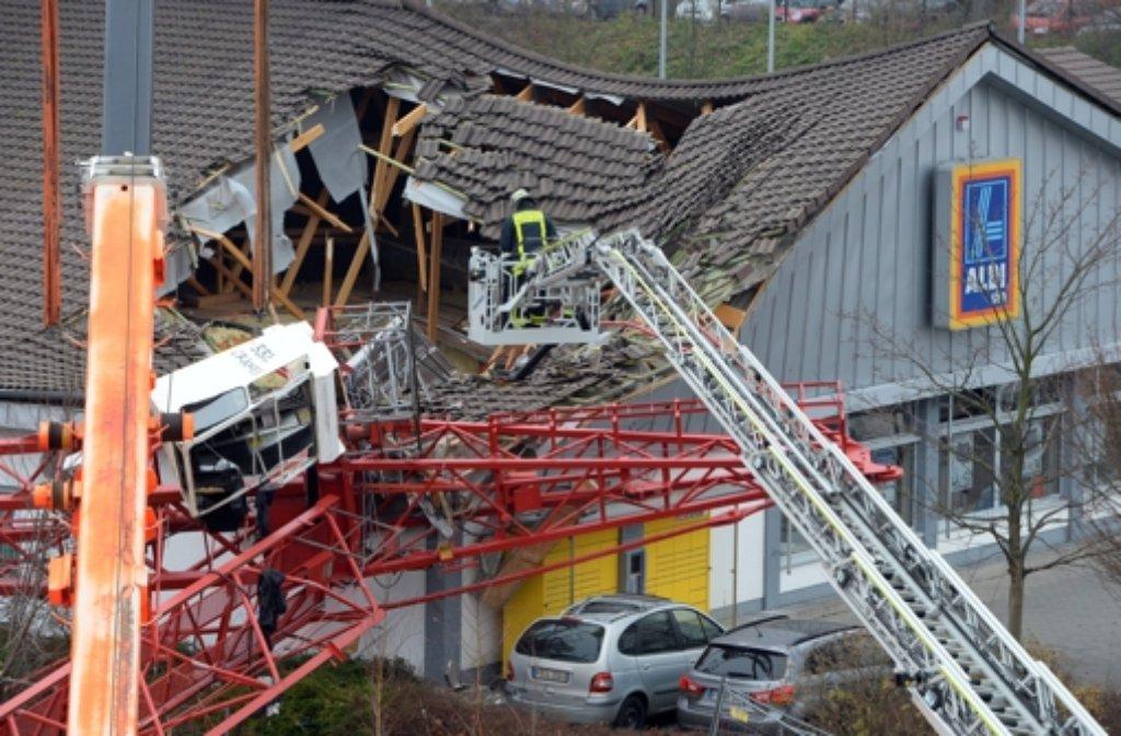 Ein Baukran ist auf einen belebten Supermarkt im hessischen Bad Homburg gestürzt. Foto: dpa