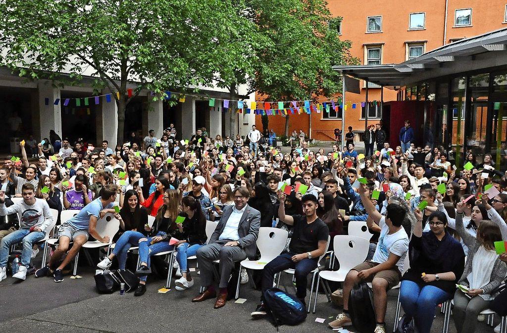 """Eine """"rot-grüne Mehrheit"""" sah der Moderator bei der Abstimmung nach der Diskussion im Schulhof Foto: Georg Linsenmann"""