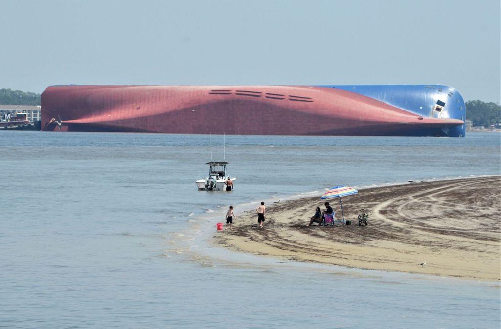 Das gekenterte Schiff an der Küste Georgias Foto: dpa