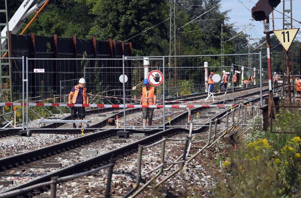 Zur Stabilisierung der abgesackten Bahntrasse wird der Tunnel darunter mit Beton verfüllt. Foto: dpa
