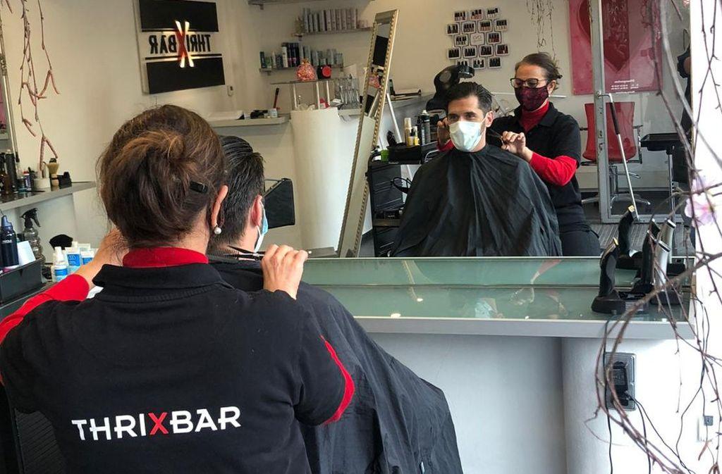 Wulla Andrikou in ihrem Salon ThrixBar in Stuttgart-Möhringen: Meine Kunden sind sensationell. Alle tolerant hinsichtlich der Hygienevorschriften und sehr froh darüber, dass sie wieder eine Frisur bekommen. Foto: Privat