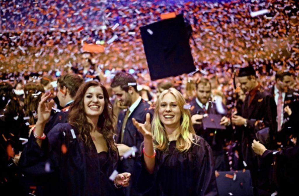 Feiern nach dem Abschluss: Besonders Grund zum Jubeln haben Juristen und Ingenieure - sie haben mit die höchsten Einstiegsgehälter. Foto: dpa