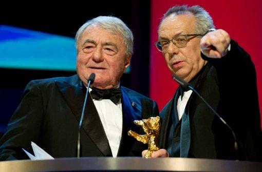 Berlinale-Chef Dieter Kosslick (re.) übergibt den Goldenen Ehrenbär an den französischen Regisseur Claude Lanzmann Foto: dpa