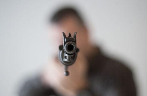 Betrunkener droht in ICE mit Schusswaffe