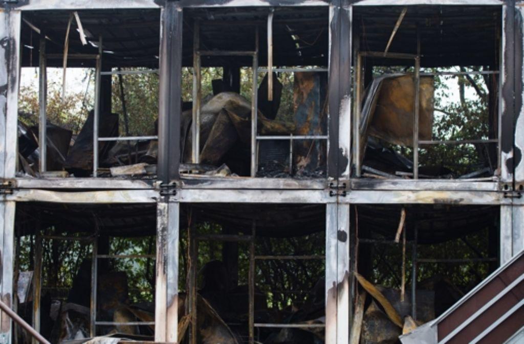 Die Wohncontainer sind nach dem Brand unbewohnbar. Foto: dpa