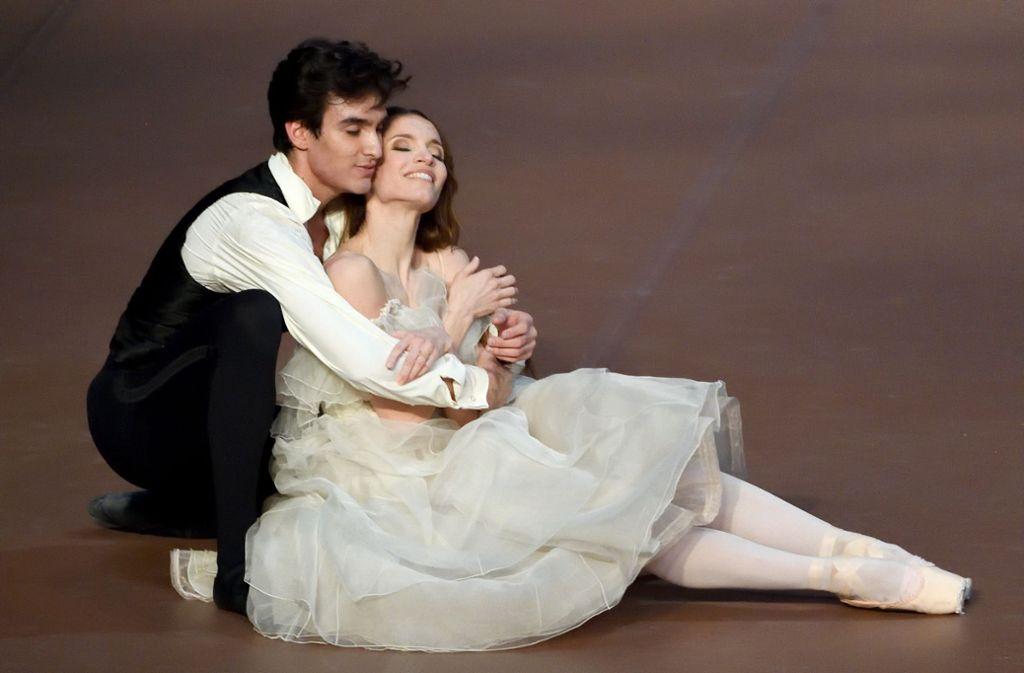 """Martí Fernández Paixà und Miriam Kacerova in der """"Landszene"""" von John Neumeiers """"Kameliendame"""" Foto: Stuttgarter Ballett"""