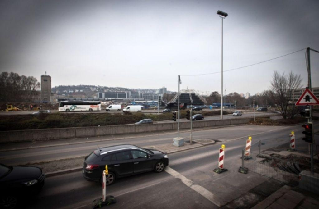 Die City-Initiative will, dass alle Fahrspuren am Gebhard-Müller-Platz und auf der Schillerstraße erhalten bleiben. Foto: Achim Zweygarth