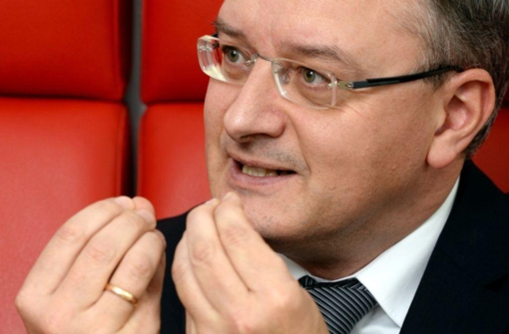 """Die Opposition wirft ihm """"Medienschelte"""" vor: Kultusminister Stoch Foto: dpa"""