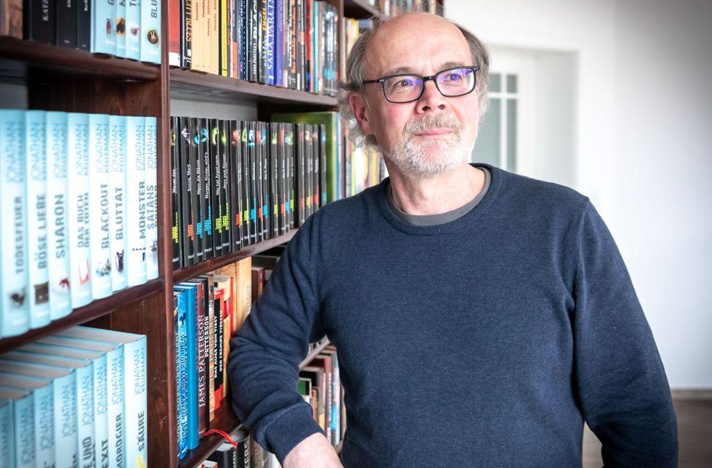 Jürgen Ruckh in seinem Buchlabyrinth Foto: Lichtgut/Julian Rettig