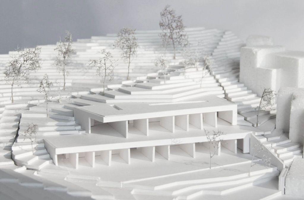 Das Modell der Architekten zeigt,  wie sich das zweigeschossige Gebäude in den Hang einfügen wird. Foto: Büro Reichel Schlaier