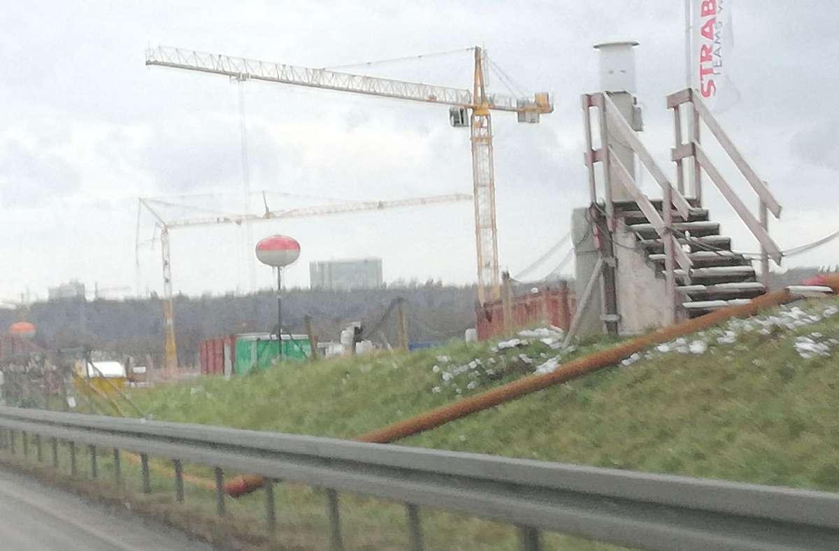 Dieses Bild bietet sich dem Autofahrer an der A 8 seit einiger Zeit. Treppenstufen, die ins Nichts zu führen scheinen und rot-weiße Ballons. Foto: Privat