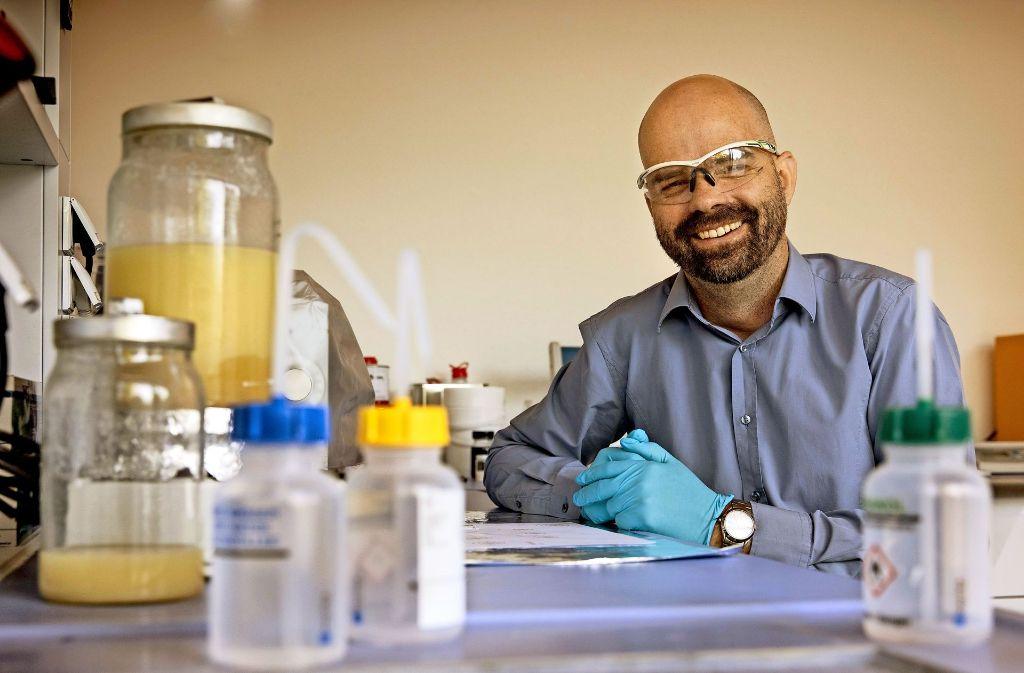 Norman Mechau entwickelt in seinem Labor eine erstaunliche Tinte. Foto: Eppler