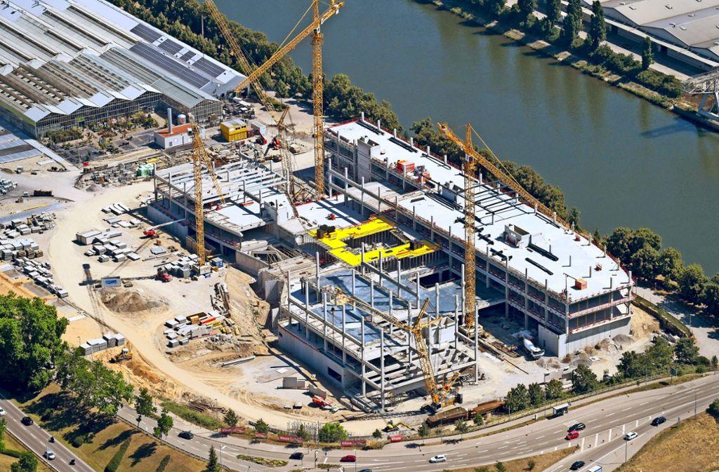 Der neueste Standort von Möbel Rieger wächst in Heilbronn direkt am Neckar in die Höhe. Foto: Robert Grahn/euroluftbild.de