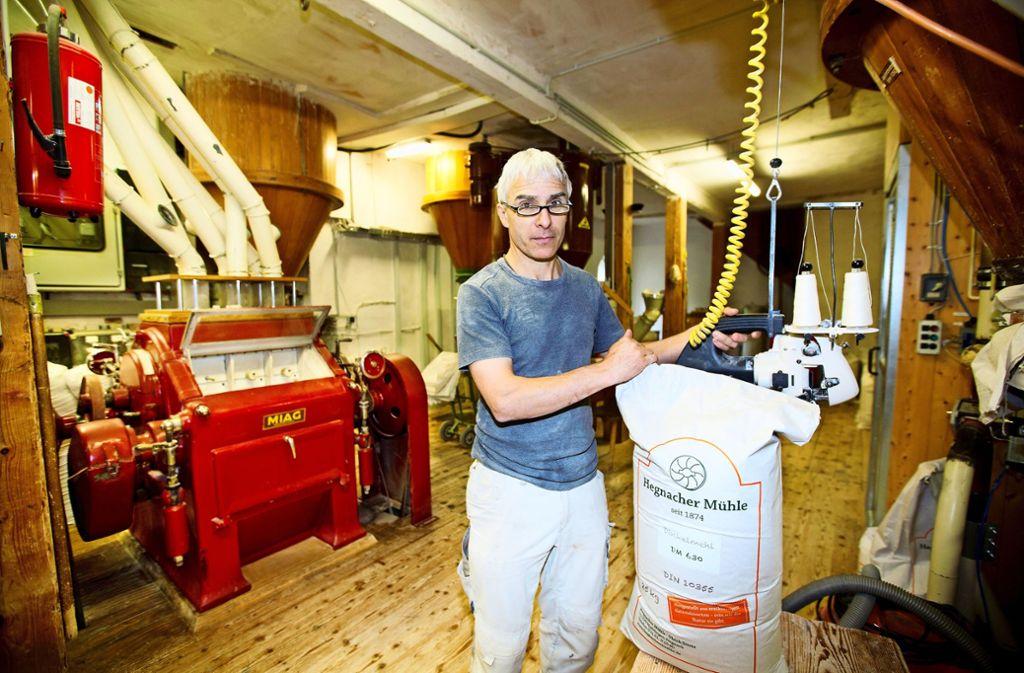 Ulrich Stietz in seiner Mühle – der letzten, die an der Rems noch im Betrieb ist Foto: Horst Rudel