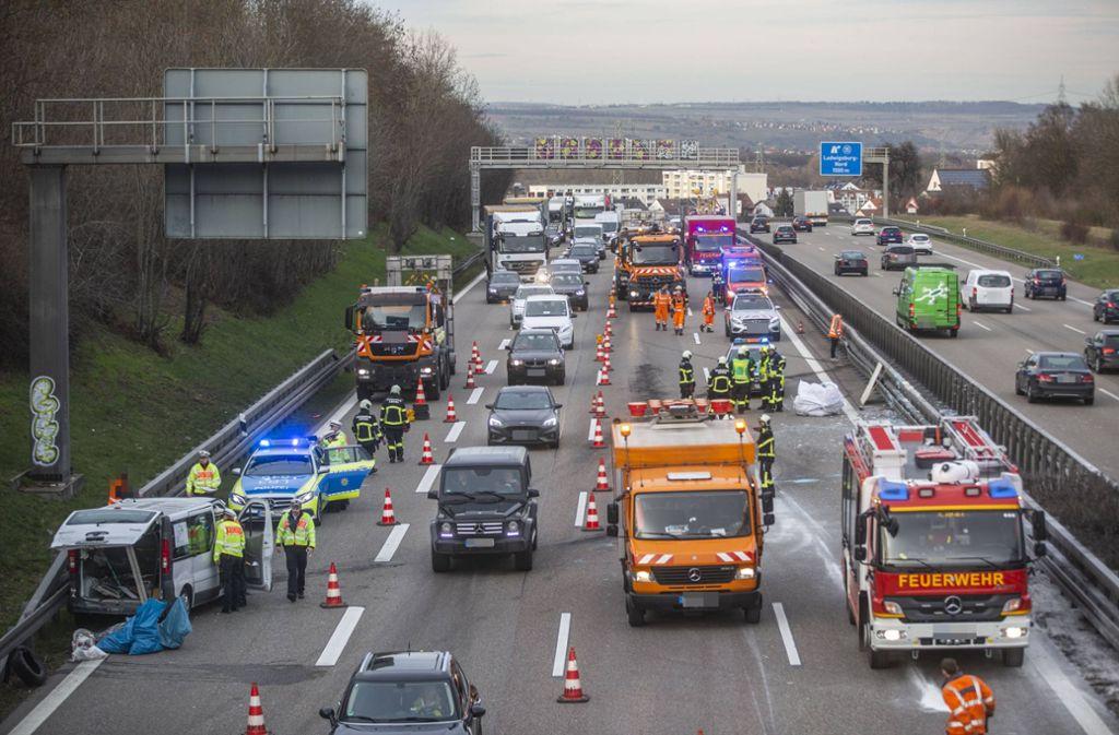 Die Autobahn ist – Stand 18 Uhr –  in Fahrtrichtung Stuttgart noch auf dem rechten Fahrstreifen gesperrt, in Fahrtrichtung Heilbronn sind alle Spuren wieder freigegeben. Foto: 7aktuell.de/Simon Adomat