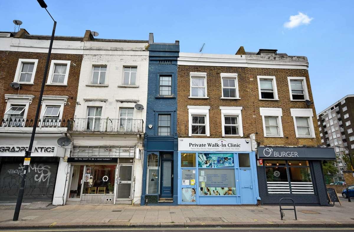 Mit dunkelblauer Fassade wirkt das schmalste Haus Londons zwischen den anderen Gebäuden wie eingequetscht. Foto: imago images/Cover-Images